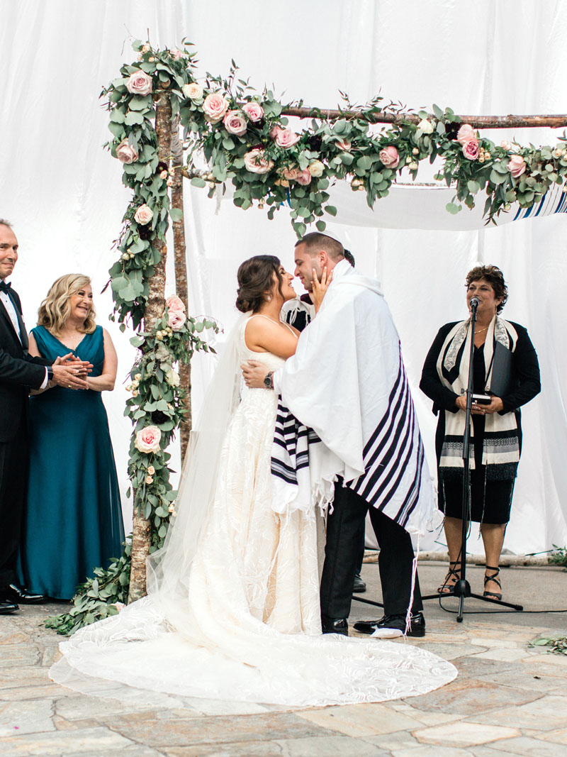 los angeles jewish wedding ceremony first kiss